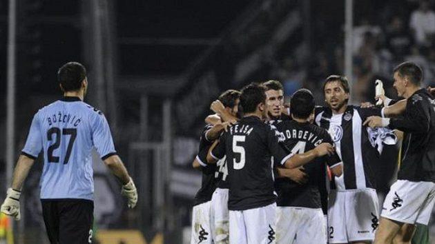 Fotbalisté Partizanu se radují z výhry 2:0 na Žílinou v play-off Evropské ligy.
