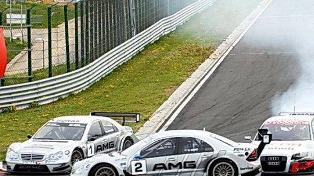 Kolize Václava Nimče (vpředu) a Milana Maděryče při závodu divize 4 na Hungaroringu.