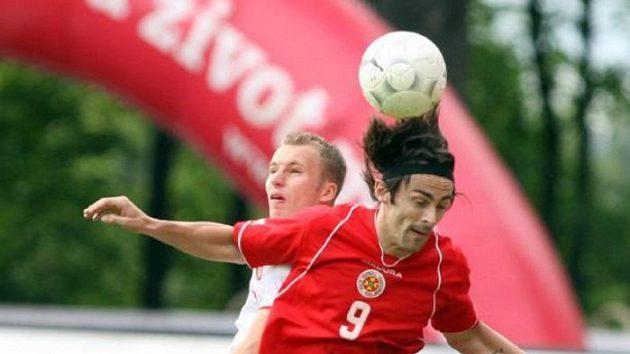 Michal Kadlec (vzadu) bojuje o míč s Danielem Bogdanovicem z Malty.