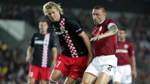 Sparťanský obránce Tomáš Řepka v souboji s Toivonenem z PSV Eindhoven