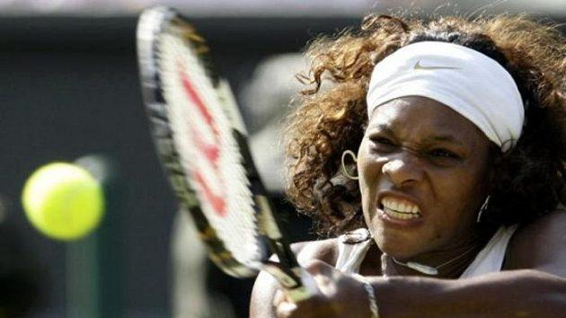 Americká tenistka Serena Williamsová během čtvrtfinále Wimbledonu proti Bělorusce Victorii Azarenkové