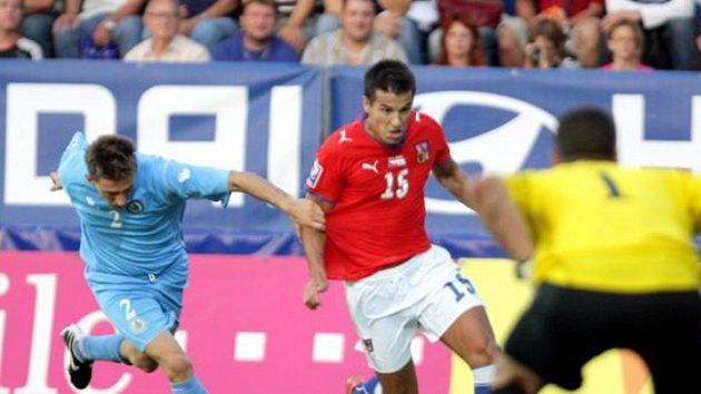 Fotbalista Milan Baroš proniká kolem Andreiniho ze San Marina