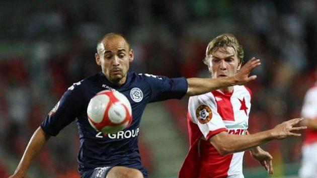 Fotbalista Slavie Milan Černý v souboji s Michalem Gondou ze Slovácka