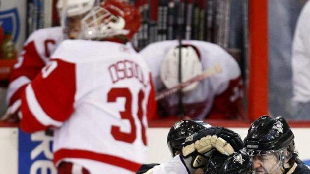 Radost hokejistů Pittsburghu (dole) z výhry nad Detroitem ve třetím zápase finále NHL