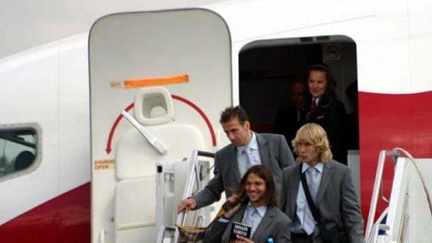 Tomáš Ujfaluši, Pavel Nedvěd a Karel Poborský vystupují z letadla po příletu do Německa.