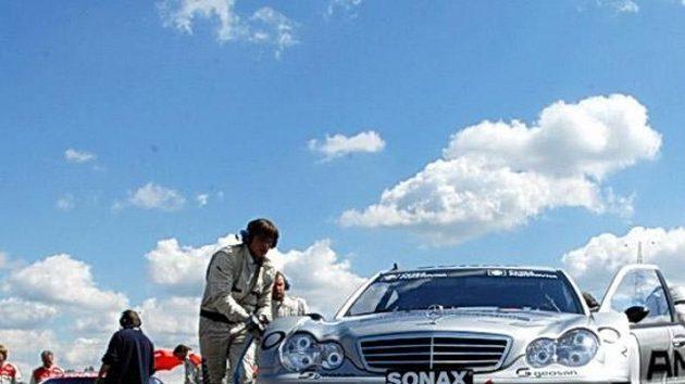 Mechanici připravují Mercedes Benz DTM C-Klasse Antonína Charouze na závod divize 4 na Hungaroringu.