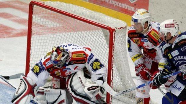 Hokejista Plzně Vlasák před brankářem Slavie Nerudou