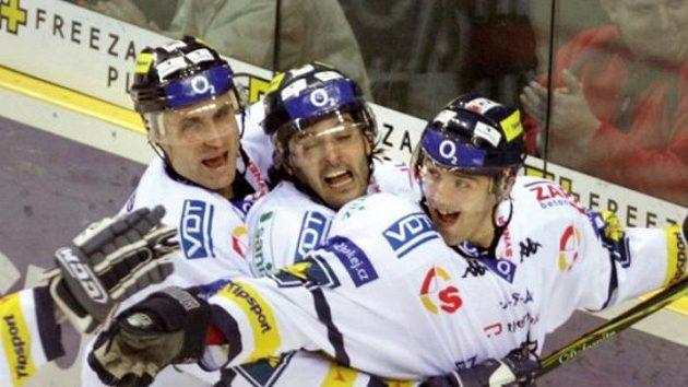 Liberecký Tomáš Klimenta (vpravo) oslavuje se spoluhráči gól vstřelený Zlínu.