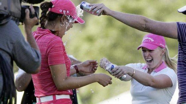 Americká golfistka Michelle Wieová (vlevo) oslavuje s Morgan Presselovou a Suzann Pettersenovou premiérové vítězství na LPGA.