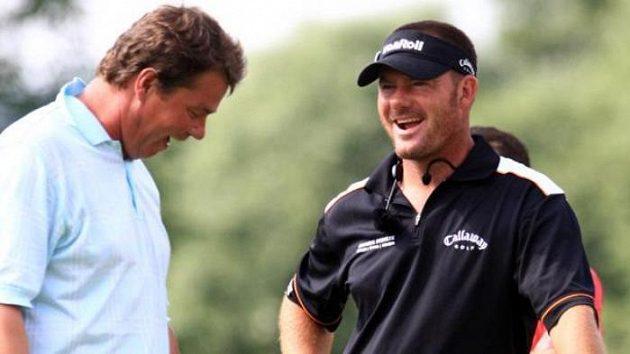 Golfista Alex Čejka a trenér Simon Holmes