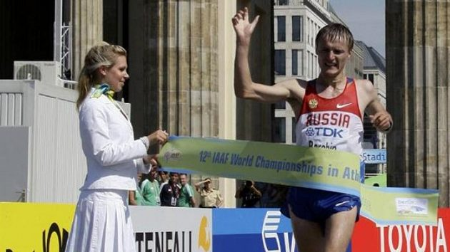 Ruský chodec Valerij Borčin v cíli závodu na 20 km