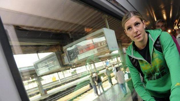 Překážkářka Zuzana Hejnová ve vlaku na nádraží v pražských Holešovicích