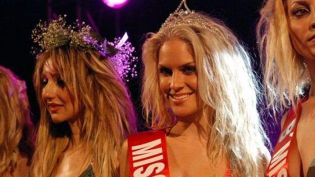 Dominika Hužvárová (uprostřed) na Miss Lefkada