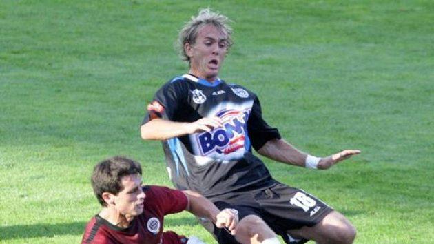 Sparťanský fotbalista Vacek v souboji s kladenským Hlavou