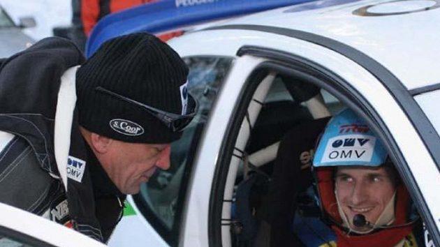 Šéf lyžařského úseku skokanů Leoš Škoda (vlevo) dává Jakubu Jandovi před jízdou poslední pokyny.