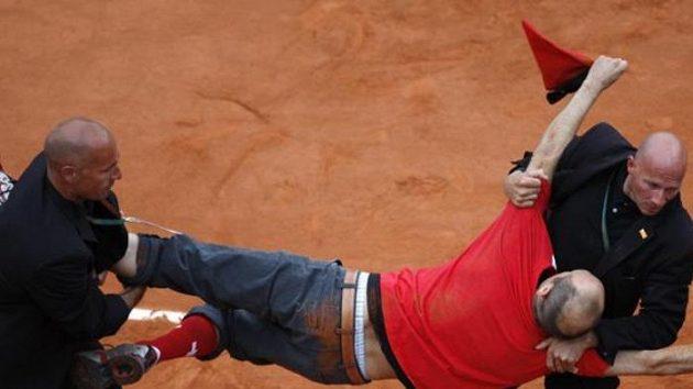 Ochranka vynáší z kurtu vetřelce, který narušil finále French Open.