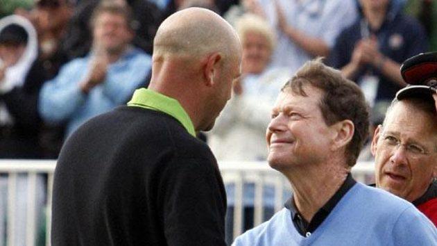 Americký golfista Tom Watson (vpravo) gratuluje krajanu Stewartu Cinkovi k vítězství na British Open.
