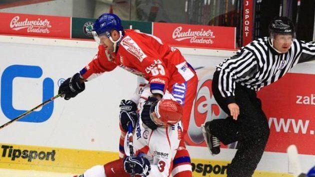 Josef Vašíček v souboji s ruským hokejistou Něprjajevem