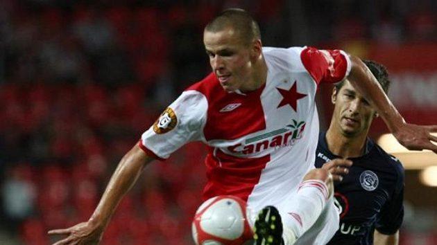 Fotbalista Slavie Hloušek v souboji se Struhárem ze Slovácka