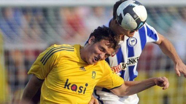 Fotbalista Steve von Bergen (vpravo) z Herthy Berlín v hlavičkovém souboji s Mortenem Rasmussenem z Brondby Kodaň v play-off Evropské ligy.
