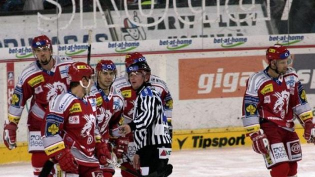 Radost hokejistů Třince během utkání na Spartě