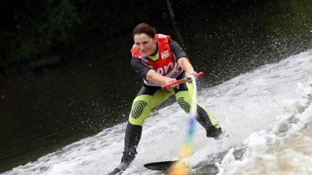 Akrobatická lyžařka Nikola Sudová lyžoval na vodě