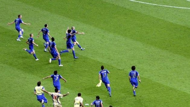 Fotbalisté Itálie nahánějí šťastného střelce vítězné branky ve finále MS Fabia Grossa (vpravo nahoře).