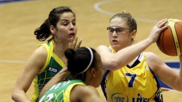 Lindsay Whalenová z USK Praha (vpravo) v duelu Euroligy s maďarskou Šoproní.