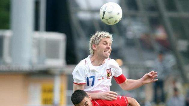 Tomáš Hübschman (v bílém) bojuje o míč s Ryanem Fenechem z Malty.