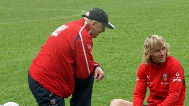 Pavel Nedvěd leduje zraněné levé koleno na tréninku české reprezentace ve Westerburgu.
