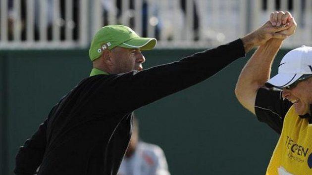 Americký golfista Stewart Cink oslavuje se svým caddiem vítězství na British Open.