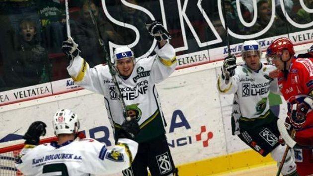 Hokejisté Karlových Varů oslavují gól v síti Českých Budějovic.