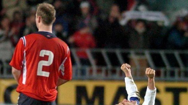 Pavel Nedvěd se raduje po vítězné baráži s Norskem.