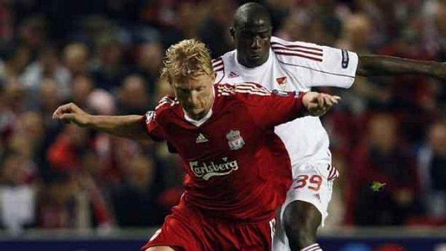 Útočník Liverpoolu Dirk Kuyt těsně bráněný Coulibalym z Debrecínu