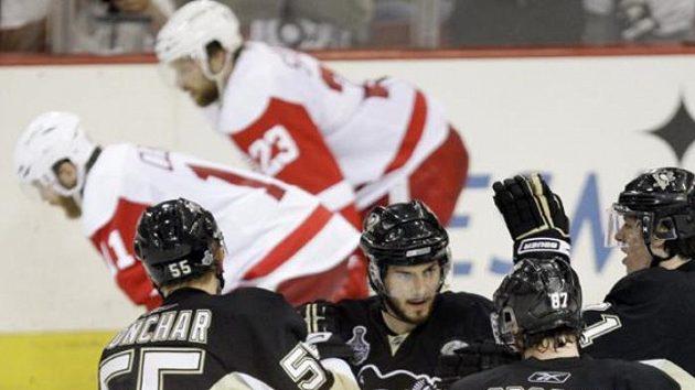 Radost hokejistů Pittsburghu z výhry nad Detroitem ve třetím utkání finále NHL.