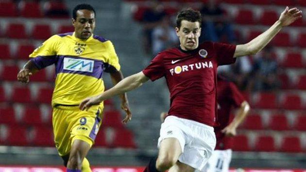 Sparťan Ondřej Kušnír uniká fotbalistovi Mariboru.