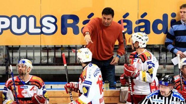 Trenér hokejové Slavie Vladimír Růžička během zápasu proti Karlovýcm Varům