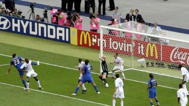 Italský obránce Marco Materazzi vyrovnává ve finále MS na 1:1.