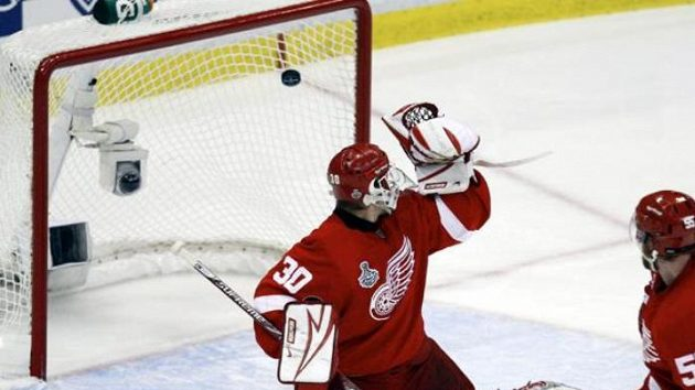 Hokejista Pittsburghu Maxime Talbot střílí svůj druhý gól v sedmém finále proti Detroitu.