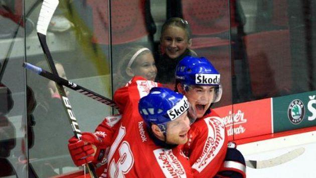 Jiří Hudler se raduje s Jiřím Novotným z gólu v ruské síti.