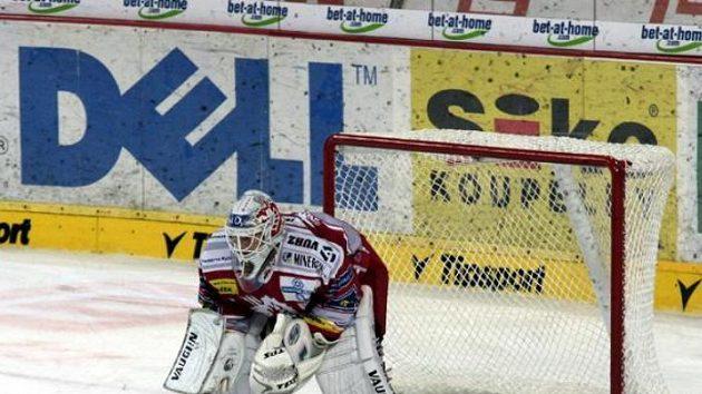 Brankář Třince Tomáš Duba během utkání na Spartě
