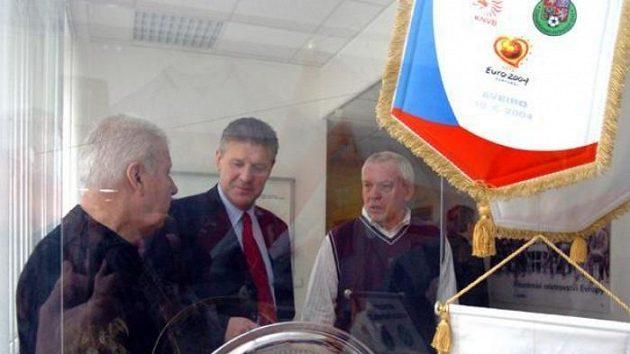 Josef Masopust, Jozef Chovanec a Ivo Viktor (zleva) při otevírání fotbalové síně slávy v Praze na Strahově.