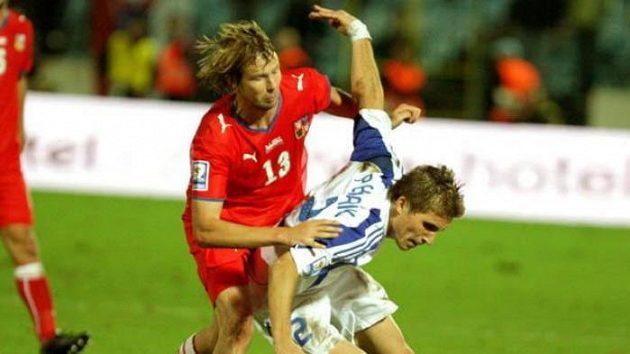 Jaroslav Plašil napdá slovenského fotbalistu Pekaríka.