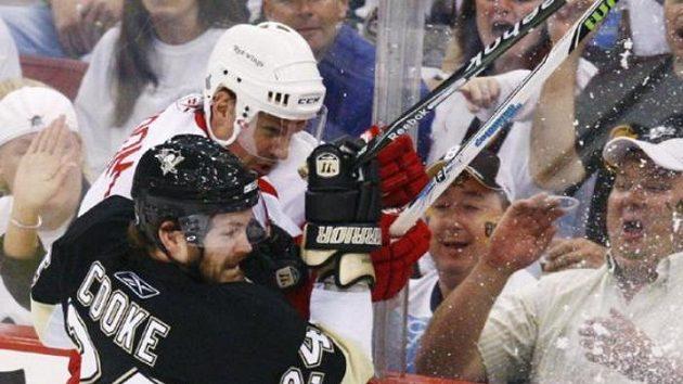 Souboj u mantinelu v podání kapitána Detroitu Nicklase Lidströma a Matta Cookea z Pittsburghu