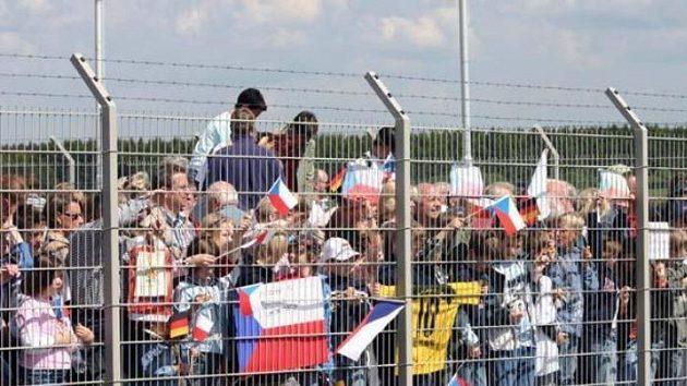 Fanoušci čekají na přílet české reprezentace.