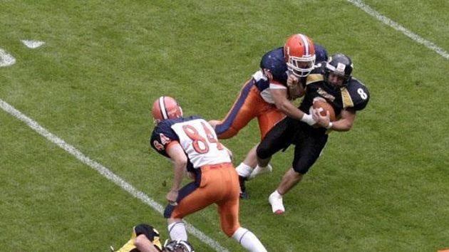 Hráč Prague Panthers Jan Vrba (č. 8) padá po zákroku obrany Prague Lions ve finále české ligy amerického fotbalu proti Prague Panthers.