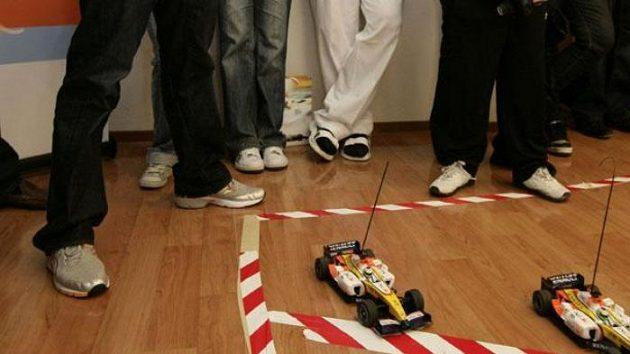 Fernando Alonso si s malými pacienty onkologického oddělení v Motole zazávodil s modely formulí. A prohrál.