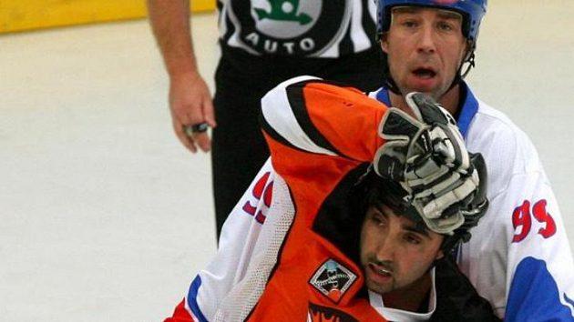 Hokejbalista David Tyburec (vzadu) ve finále MS v Plzni brání hráče Indie.