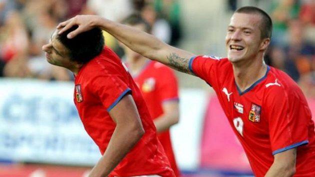 Fotbalista Václav Svěrkoš (vpravo) gratuluje spoluhráči Milanu Barošovi ke gólu v utkání proti San Marinu.