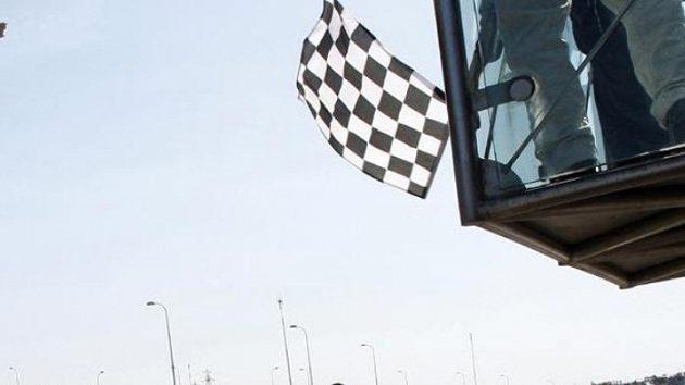 Jenson Button z týmu Brawn GP projíždí cílem Velké ceny Turecka.